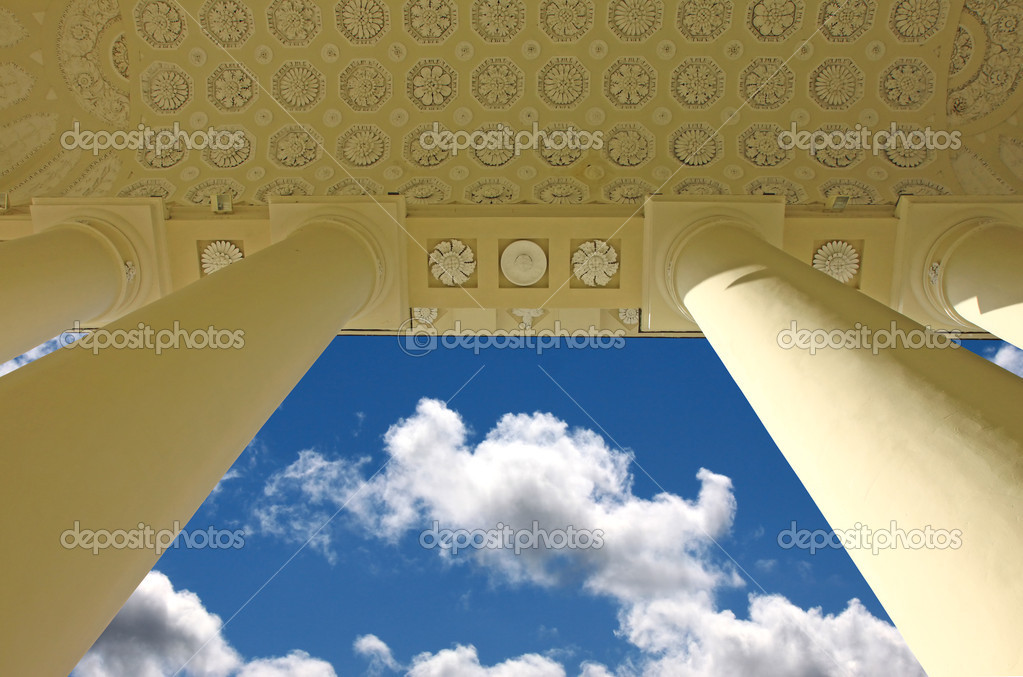 Outdoor ceiling of the classic style building with columns and blue sky — Stock Photo #4236863