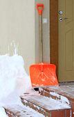 χιόνι φτυάρι και μπροστινή πόρτα — Φωτογραφία Αρχείου