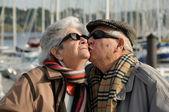 Vieil homme senior baiser sa femme — Photo