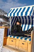 Takförsedd wicker strandstol — Stockfoto