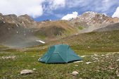 Tent in mountains with sky and clouds — Stockfoto