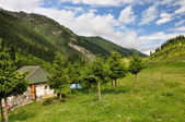 Colorful mountain hut in Altyn-Arashan gorge with sky and clouds — Stock Photo