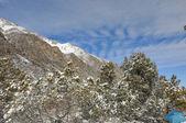 Зима в горах с голубое небо и облака — Стоковое фото