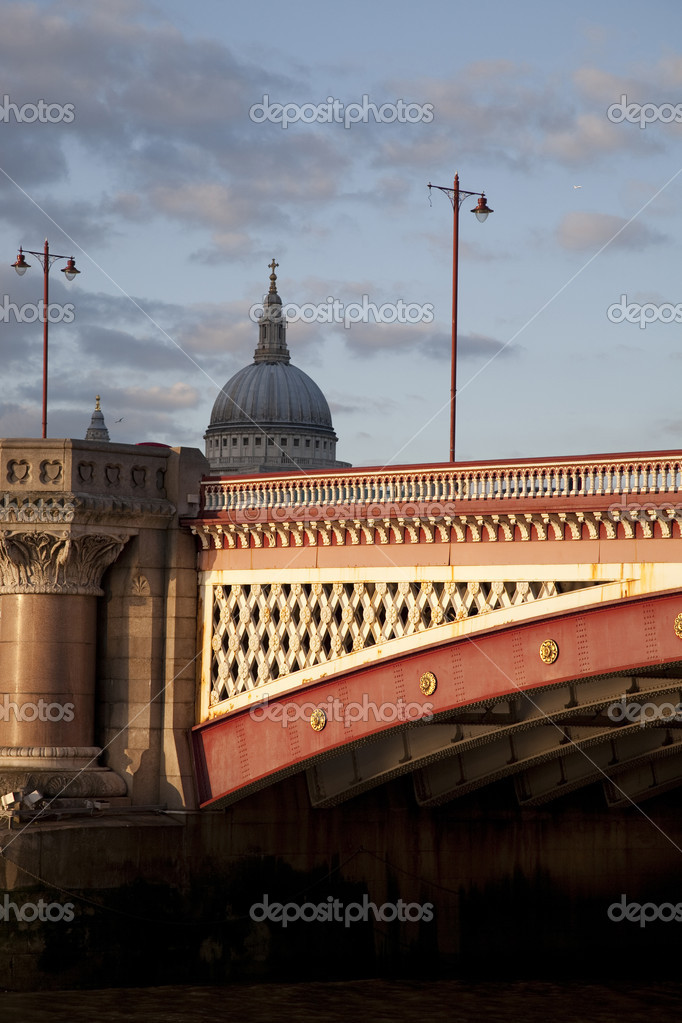 Blackfriars Bridge on the River Thames in London, England — Stock Photo #3960915