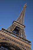 Torre eiffel en ángulo inclinado — Foto de Stock