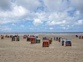 Beachchairs на остров амрум на очень широкий пляж — Стоковое фото
