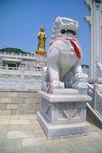 Statue der göttin und löwen in china. dalian — Stockfoto