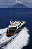 île de stromboli en italie, sicile, yacht de luxe, vue aérienne — Photo