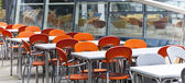 Mesas de jantar vazias na rua — Fotografia Stock