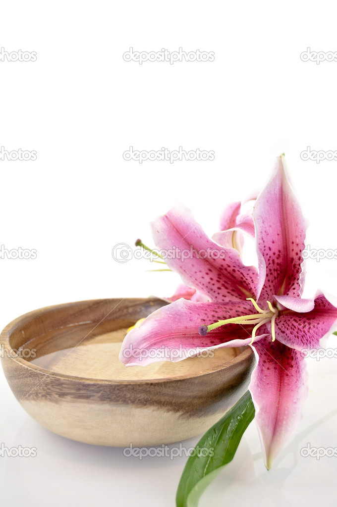 Wooden bowl with water and pink lilly for spa relaxing  — Stock Photo #5100044