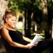 Foto Stock: Young woman reading