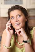 Mladá žena mluví na mobilní telefon — Stock fotografie
