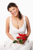 Ung brud med en röd blomma — Stockfoto