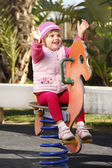 Baby flicka på skolgården — Stockfoto