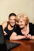 Abuela y nieta con un ordenador portátil — Foto de Stock