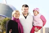 Счастливая семья в парке — Стоковое фото