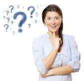 Joven mujer bonita con signos de interrogación — Foto de Stock