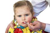 Al niño procesar una herida en el labio — Foto de Stock