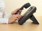 Kvinnliga händer och telefon — Stockfoto