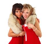 Duas belas mulheres em Natal vestem com peles — Fotografia Stock