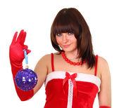Brunett flicka i santa klä hålla hjärtat chistmas dekoration — Stockfoto