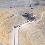 büyük konveyör işleme tesisi için ezilmiş cevheri taşır. — Stok fotoğraf