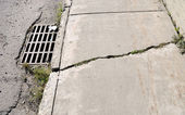 Cracked Urban Sidewalk — Stockfoto