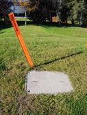 埋光纤光缆警告标记和接入面板 — 图库照片