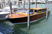 Taxi barco aparcado de un canal veneciano — Stock Photo