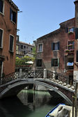 Puente sobre canal veneciano — Stock Photo
