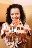 Vrouw met miniatuur huis — Stockfoto
