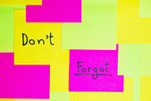 "Don't forgot"" colorful reminder note memo pad on wall — Stock Photo"