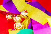 Renkli bir arka plana dayanır altın çan — Stok fotoğraf