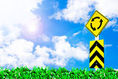 Objezd dopravní značka na krásné nebe — Stock fotografie