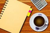 Bílý šálek kávy a notebook — Stock fotografie