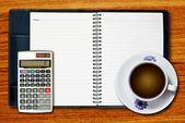 白杯咖啡和计算器 — 图库照片