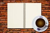 Witte kopje koffie en notebook — Stockfoto