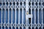 ヴィンテージ ロックされた古い金属製のドア — ストック写真