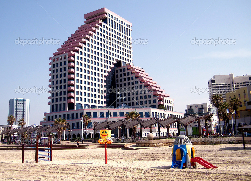 Plage in winter near Beyt HaOpera building in Tel Aviv, Israel — Stock Photo #4054106