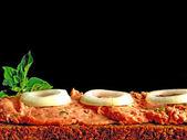 Mitteewurst brot, gruenem pfeffer und zwiebelringen — Foto Stock