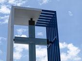 Cruz contemporánea contra el cielo — Foto de Stock
