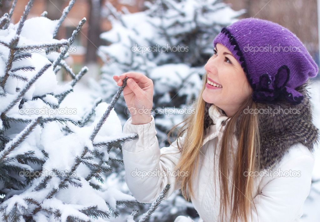 a young girl touched his hand a branch eating winter snow a photo that touched moms around the world 1024x710