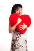 Piękna, młoda dziewczyna w ciąży, przytulanie miękkie serce wielkie. — Zdjęcie stockowe