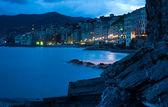 Noite em uma praia da cidade italiana de kamoli — Foto Stock