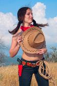 Vaquero de la chica en el campo con el sombrero en el pecho — Foto de Stock
