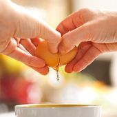 Egg cracking — Stock Photo