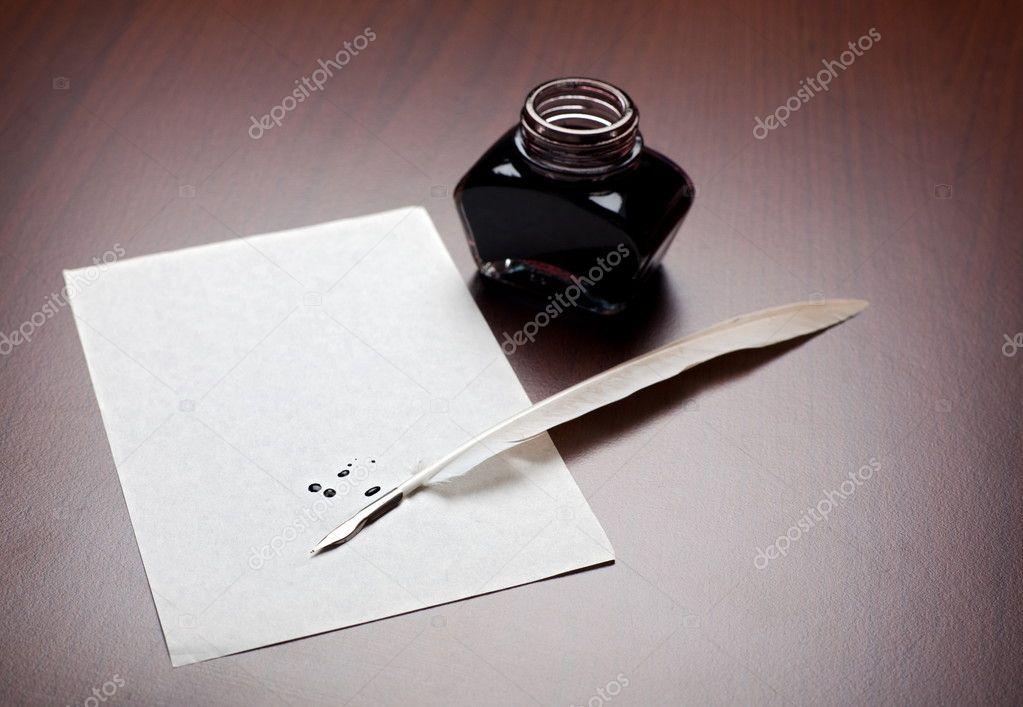 墨水, 羽毛笔和棕色桌上一个空的 splodged 页– 图库图片