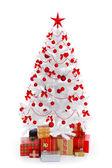 Bílý vánoční stromek s dárky a dekorace červené — Stock fotografie
