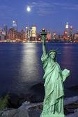 Paysage urbain de new york capture dans la nuit sur le hudson — Photo