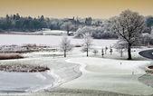 Hiver froid pittoresque paysage lac avec château en distance, irela — Photo